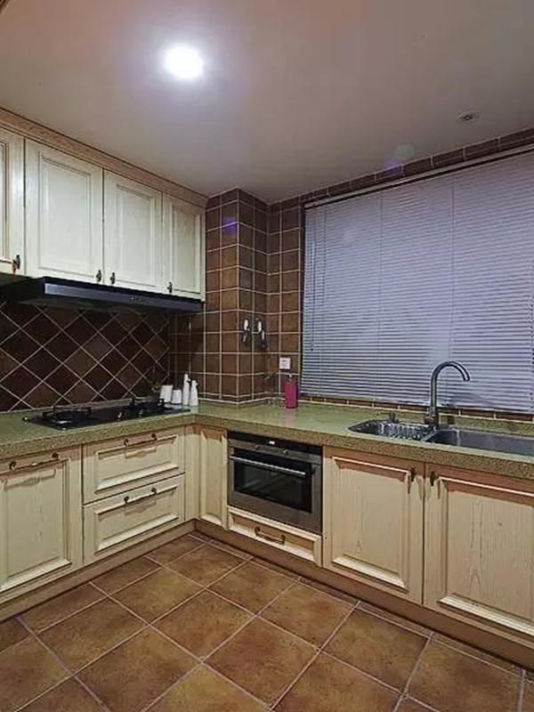 厨房是开放式,好像美式都是开放的厨房,油烟还是有点问题的。
