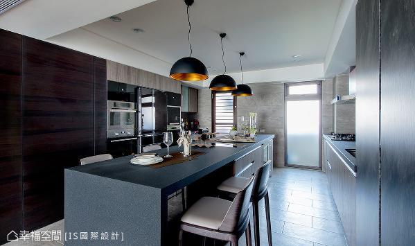 带有国外感的开放式设计,将餐吧区与厨房统合在一起,超大尺度可以容纳亲朋好友在此欢聚。