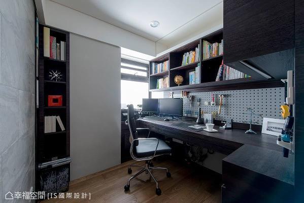 简练的线条、开放式的收纳层板,演绎机能充足的书房场域。