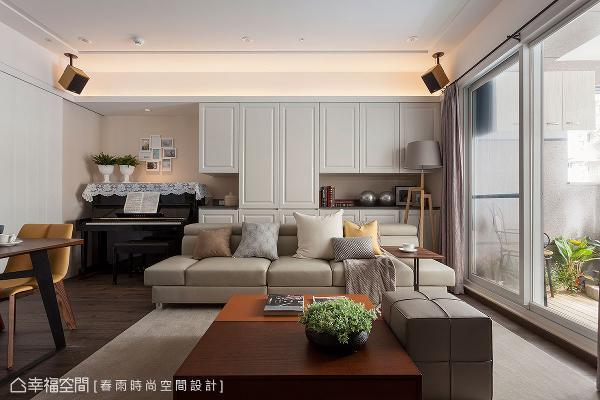 以至顶的收纳柜作为沙发背墙,完善空间的收纳机能,中段处并保留两侧展示平台,分散视觉让柜体不显得过于压迫。