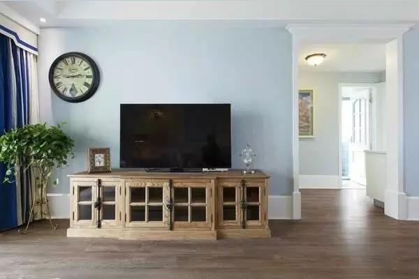 浅木色的电视柜非常吸睛,米字格的玻璃门更添加了自然风韵。