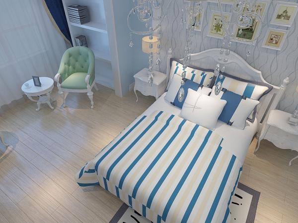 卧的回字形吊顶加灯带装饰,呼应客餐厅。蓝白相间的床,配以挂画,简约、清新。主卧的空间较大还带一个休闲阳台,在这里把阳台改成了一个简易的办公区,总体来说整个房间比较方正,通风和采光性都较好。
