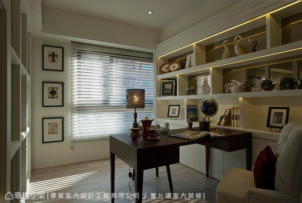 口字型的白色烤漆书柜结合镜面与灯光,打造展示与收纳兼具的双重机能。