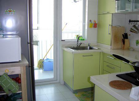 不过这个厨房的位置不那么理想,无法做成我喜欢的那种和餐厅(装修效果图)连在一起的开放式的