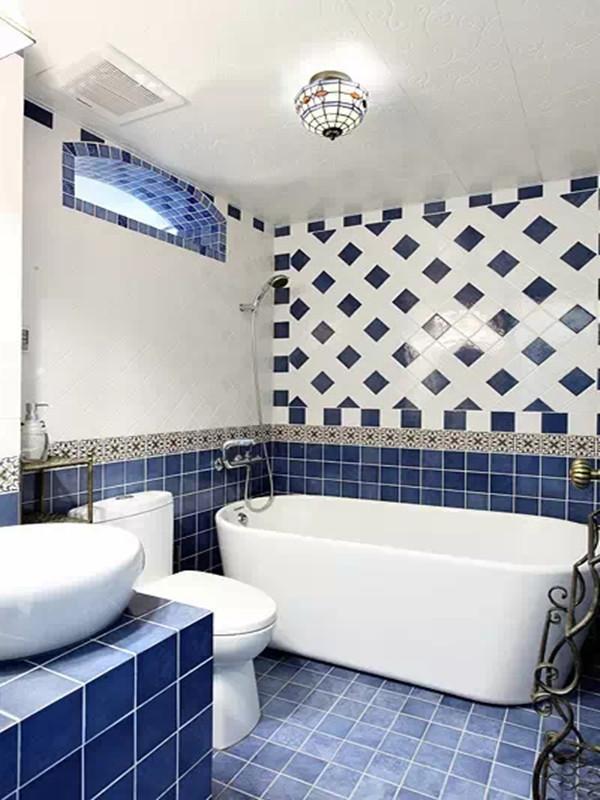 蓝白相间的瓷砖将卫生间装扮的精神抖擞,罗马款式的吊灯是卫生间的亮点,浪漫的风情和灵动的空间感受带给你新的沐浴体验。