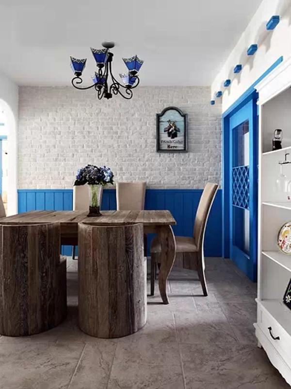 旧木餐桌仿佛是蓝海中的巨轮,让人浮想联翩。插花静静的呆在桌上,散发着幽香。