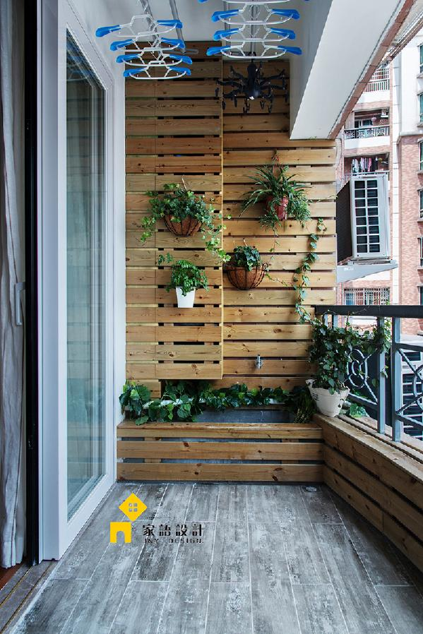 桑拿板装饰的墙面挂上绿色的植物,春意盎然。