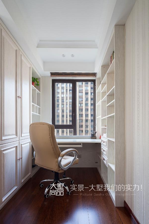 书房里纯白的场景,淡淡的书香,暖暖的阳光洒下,让人一刻都不想走。