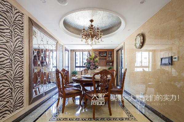 咖色皮质餐桌椅是整个餐厅空间的中心点,左侧的黑白纹壁纸与客厅遥相呼应,大面积的镜面玻璃衬托了餐厅空间,更显尊贵大气。