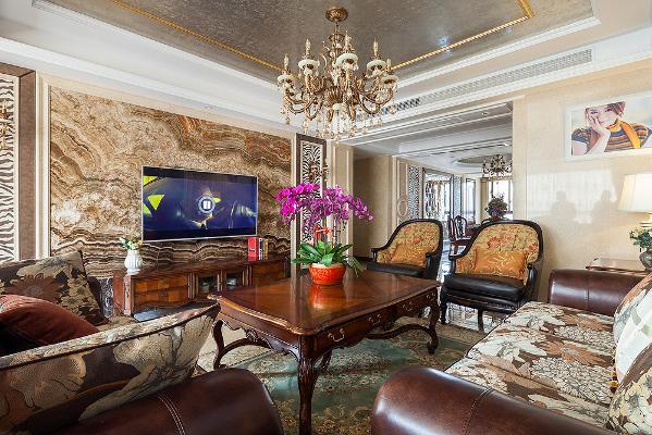 客厅的沙发背景墙硬包与顶面大面积的锡箔纸做呼应,大胆的运用黑白纹壁纸跳色,配上整面大理石电视背景墙,使得整个客厅更显奢华。