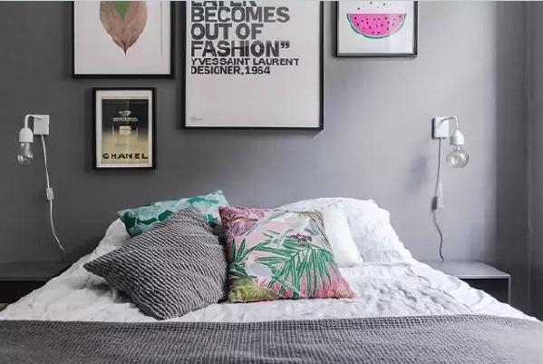 床头两个特色的壁灯刷足了存在感,别人都是把电线藏到墙壁里,这家的主人却偏偏要露在外面。