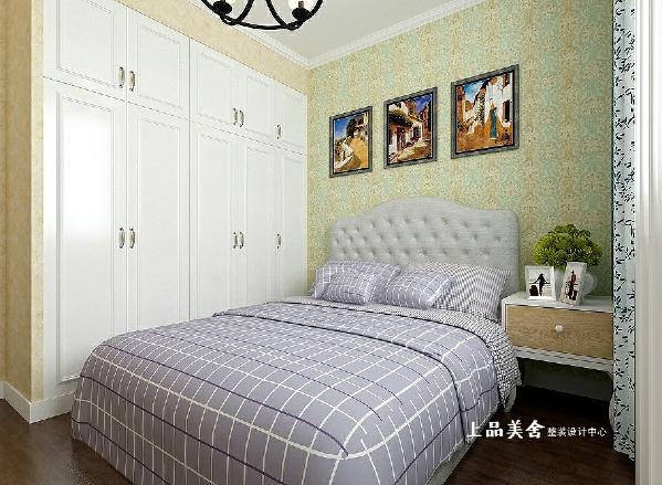 次卧室由于面积小,采用了比较明亮的色调,浅黄色的壁纸衬托出了床背景小清新的墙纸和地中海的挂画。