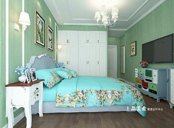 主卧室的跨度不是很宽,墙面造型设计上简洁手法为主,注重家具、挂画、窗帘之间的搭配和联系。
