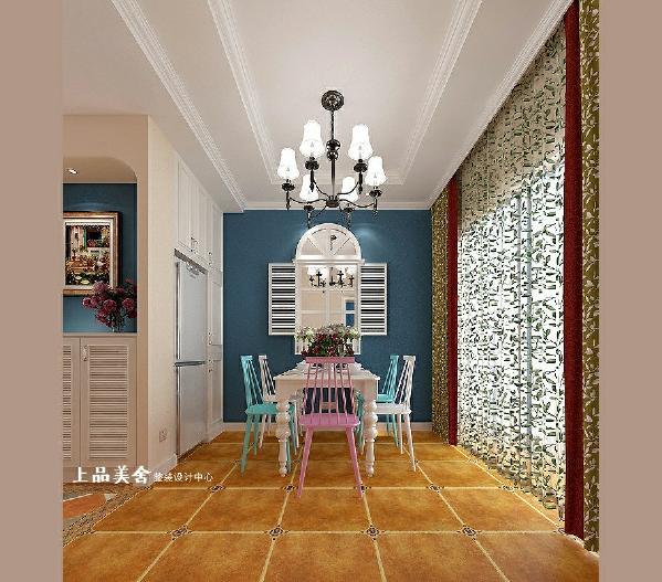 餐厅的色彩颜色了客厅的风格,背景墙采用蓝色墙漆打底,配以成品白色百叶窗,蓝白的餐椅搭配、花纹的窗帘让整个空间生机勃勃,让人在这样的环境下就餐一定非常愉悦。