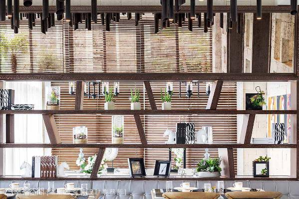 餐厅后方的书柜利用斜角的木作层板设计,诠释出灵活、多样化的展示美学。
