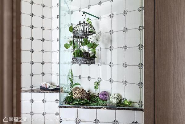 在大地色调的空间里,特别打造鸟笼造型的摆设,彷佛走入一片绿意盎然的花园里。