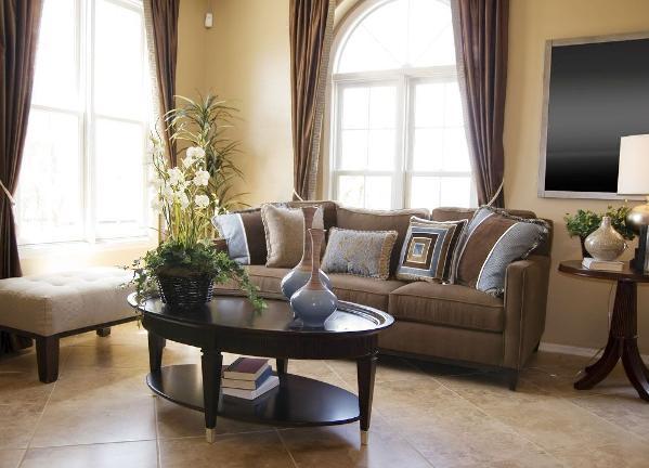现如今的家居界,怀旧风潮愈演愈烈,而古朴的装饰盒复古的图案也更加值得珍视。同样,客厅设计迎来复古风,在设计室内装饰风格时加入一些复古的物件或是局部装饰,造型经典而古朴。