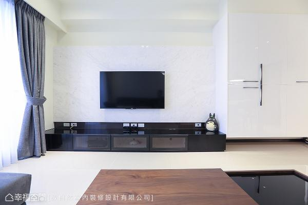 徐以伦设计师屏除抢眼的石材,以清雅的白色银狐大理石打造,衬托黑色亮面烤漆的机柜。