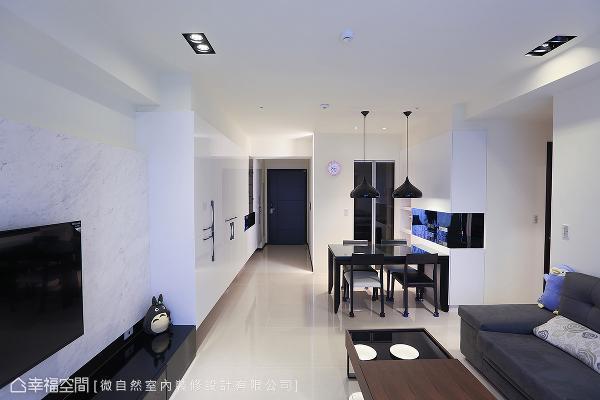 利用黑白对比手法,加入黑色餐桌椅及金属美耐板展示柜,跳脱出空间的造型。