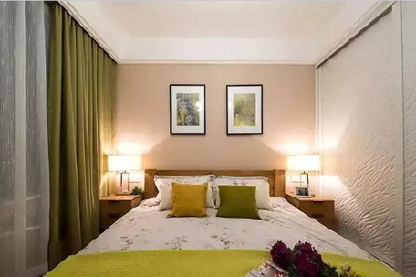米色调的卧室用绿色软装做点缀,打开门一股清新的气息扑面而来,给人安全、  平静的睡眠体验。