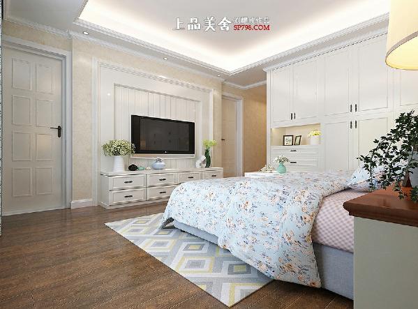 10,电视背景墙采用了对称式的设计,左边是阳台门,右边是卫生间门,现场制作的电视机柜和电视背景墙浑圆天成。