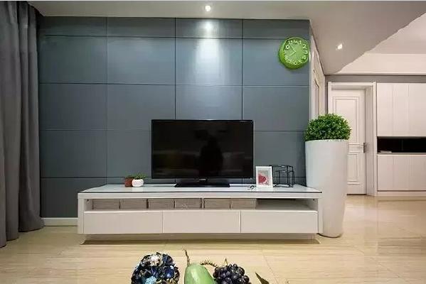 电视背景墙采用了跟玄关相同的色调,让入门后的开阔空间连为一体,打造视觉  上的整体感。