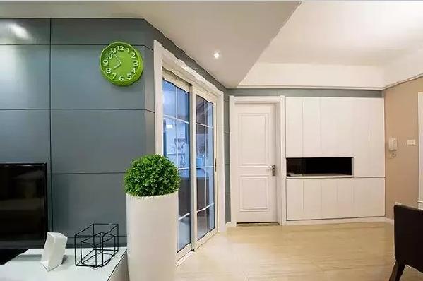 厨房采用了透明的玻璃推拉门,既节省空间,也能够让餐厅有自然光入室。