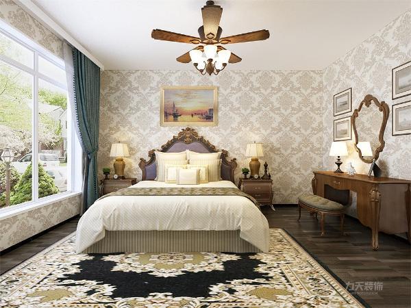 卧室的设计,床的选择为很有特色的欧式双人床,家具的木色及纹理都很有特色,使空间更高贵典雅