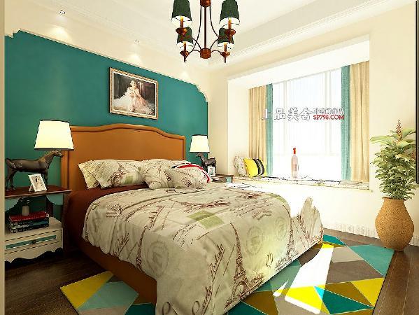 主卧室不大,大飘窗起到了很好的采光作用,使空间变得没那么压抑。全房采用明亮色调在人前一亮。