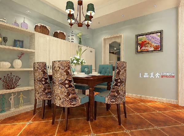 可活动的五位人餐桌靠酒柜摆放,满足了三口之家的用餐需求,客人多时也可将餐桌移出使用。
