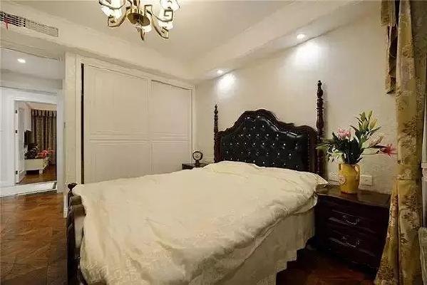 与客厅色调相同的深蓝色皮质大床显得高贵、典雅,搭配纯洁的白色打造放松的睡眠环境。