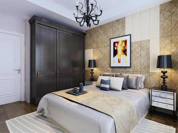 主卧室选用了咖色硬包作为装饰,吊顶做了一层简单的欧式角线,使整个卧室看起来温馨大气。