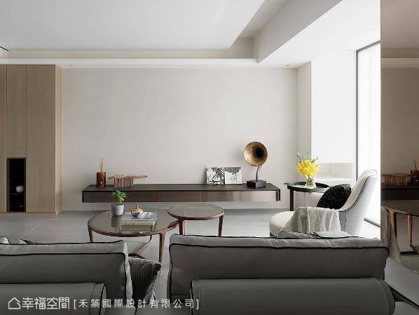 舍去过多的装饰,让立面视觉回归简约干净,仅透过别具质感的电视柜与摆设,带出空间的品味与美感。