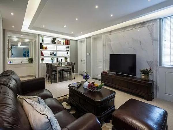 室内整体设计以深棕色家居搭配白色背景为主,高档大气,成套的家居可以营造稳定而统一的视觉效果,但真皮沙发带来舒适体验的同时不免使室内氛围沉重。