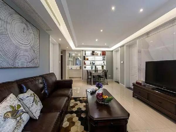 由于是新装修的房子,地板经过抛光打蜡的精心保养,散发出晶莹光泽,缓和了深色家居带来的沉闷气氛,设计师在整体色调搭配上做到了松弛有度。