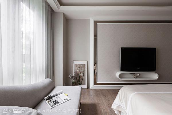 无佐入繁复的造型,仅以茶镜框构出电视墙位置,呈现简约大器的利落线条感。