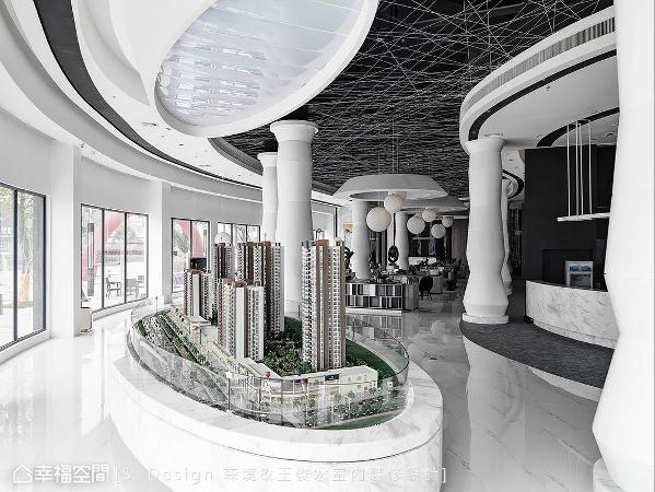 建案模型展示于呼应整体空间规划的椭圆形平台上,上方亦采相同线条语汇相和,达到空间设计的一体性。