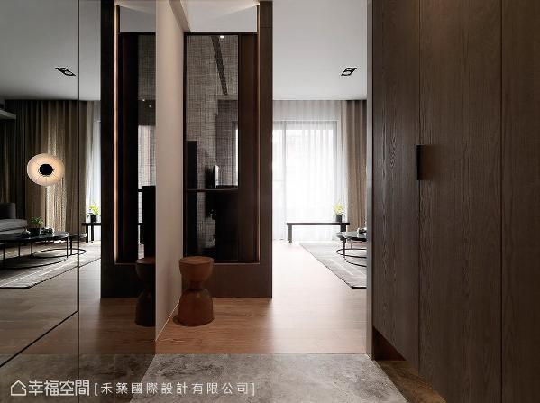 谭淑静设计师藉由不同地坪质材区分内外场域,并利用客制化屏风阻隔入门视线,化解风水疑虑。