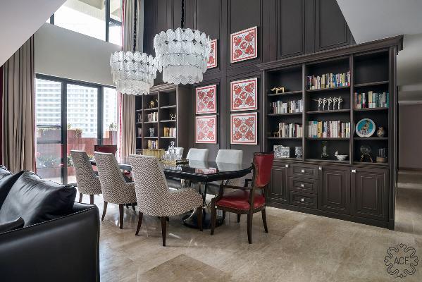 餐厅挑高设计,值得一提的是,由于女业主极爱读书,所以设计师在餐厅一侧设置了大型书柜,不仅可以收纳书籍,还能放置喜爱的艺术品。