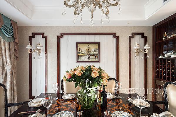 餐厅放置了一张六人桌,地面采用石材拼花,水晶灯、窗帘、小壁灯为空间增加了几许小情调,使空间显得很有品味。