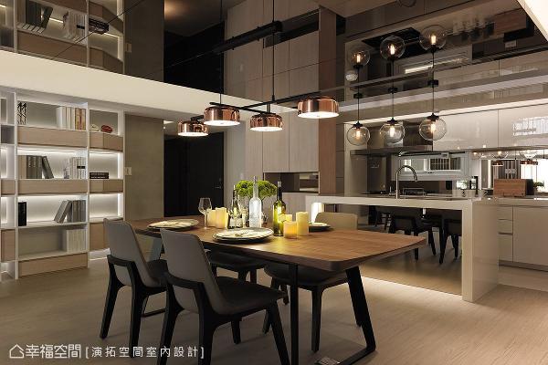 将原先位于后阳台的厨房挪进室内,形成开放式的餐厨空间。