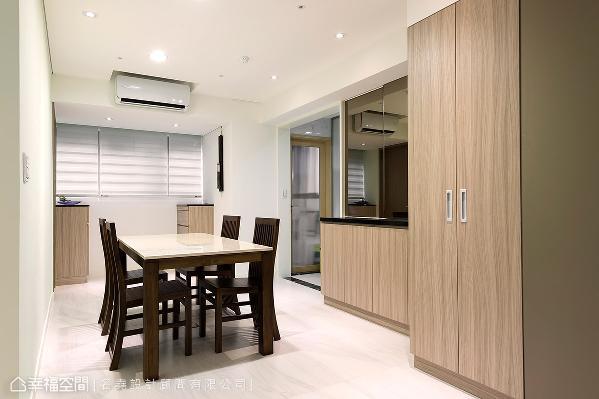 庄清尧&冯千千 设计师将粗大柱体融入柜体设计,并安排大面明镜反射放大空间,兼具收纳储物量与开阔感。