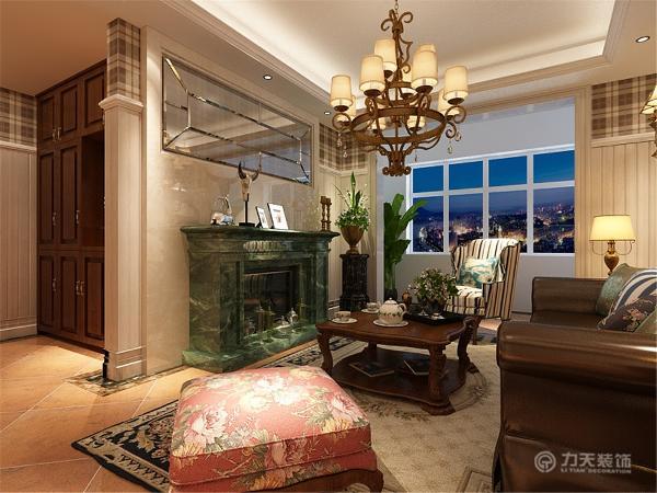 电视背景墙采用简单大理石,在大理石上设计镜子,使空间在视觉效果上看起来更加宽敞,配有绿色大理石材质的壁炉,使空间更明快光鲜。增加历史气息。