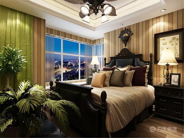 主卧室整体采用暖色竖条纹壁纸,营造温馨的气氛。浅色的配套软装和壁纸协调统一。深木色的床体和床头柜体现了历史气息。整体色调温馨。