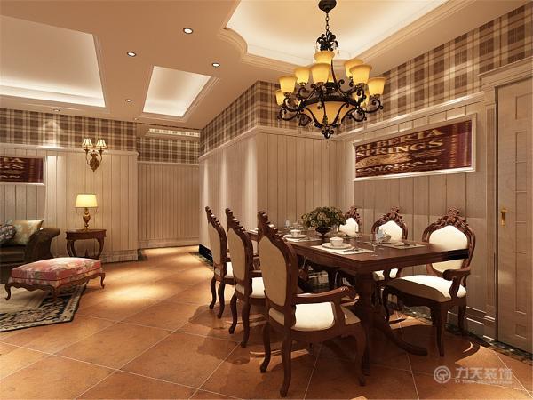沙发背景墙采用护墙板,简单大方,色调明快。客餐厅地面采用仿古砖斜铺,更能体现历史气息。