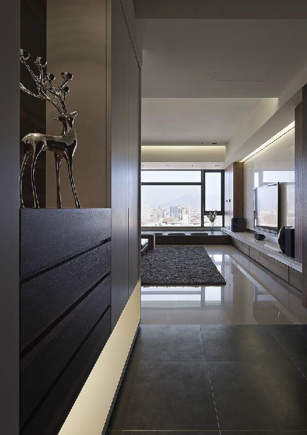 公共区域结合客厅、餐厅、轻食吧檯及书房机能,利用客厅与餐厅、厨房间的开放尺度,替既有廊道带来自由开阔的空间动线,让屋主能与家人、朋友在此空间能放鬆自在互动与交谊。