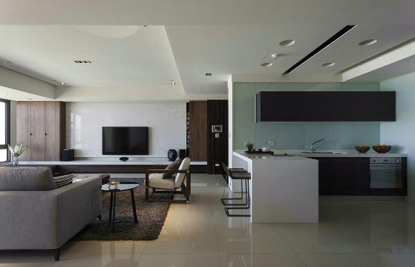 客厅主牆立面以白色大理石搭配温润色调的木皮,左右两侧机柜满足屋主收纳及视听需求。