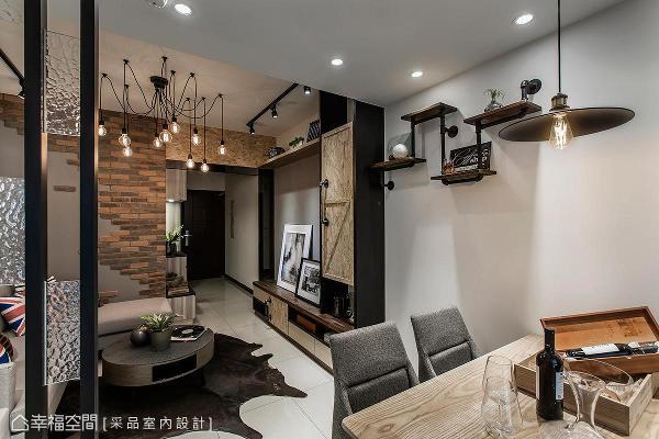以铁件水管打造出展示台面及把手,或是利用麦香木修饰玄关天花板及柜体门片,让空间内的材质互相辉映。