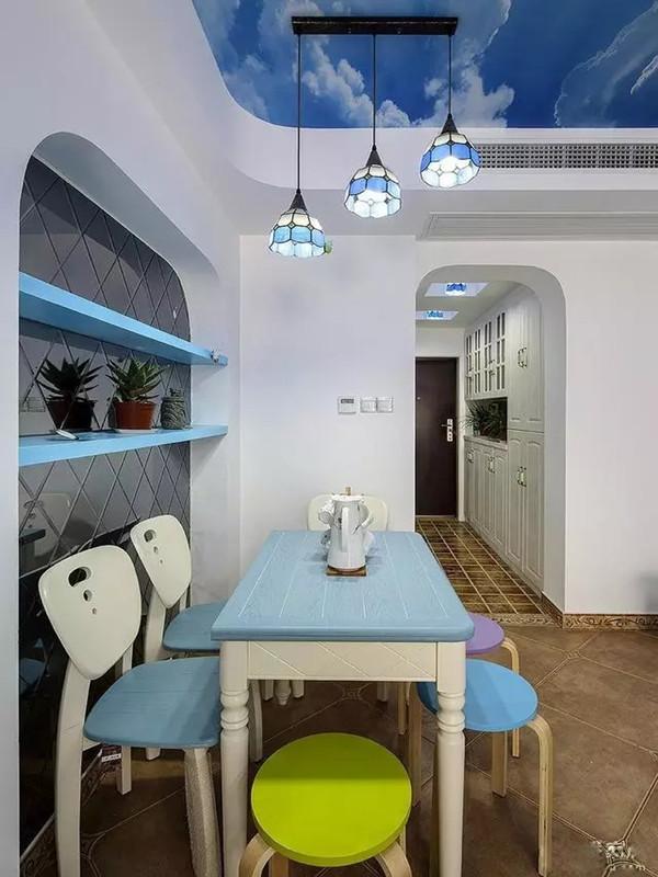 客厅入口拐角处摆着餐桌椅,蓝白色桌椅随意搭两三个圆凳子,清新、可爱极了。