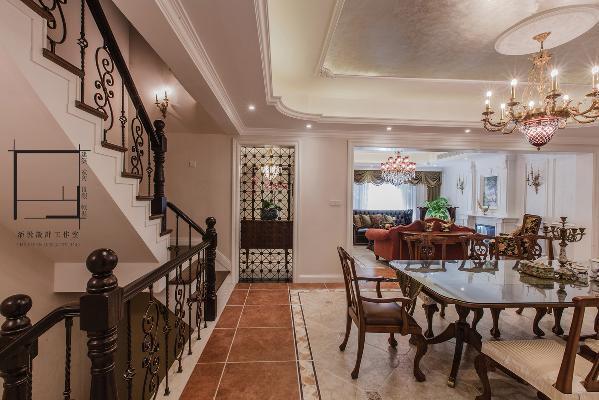 樓梯的設計緊鄰餐廳,也是轉到餐廳後看的壹個景觀,鐵藝加上轉角將軍柱的做法,使得兩種材料相互搭配,相互凸顯他們的品質。